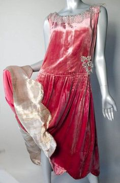 Flapper Dress Gold Lame Silk Velvet Paste Appliques from giddy on Ruby Lane 1920 Style, Style Année 20, 20s Dresses, Pretty Dresses, Vintage Dresses, Vintage Outfits, Dance Dresses, Flapper Dresses, 1930s Fashion