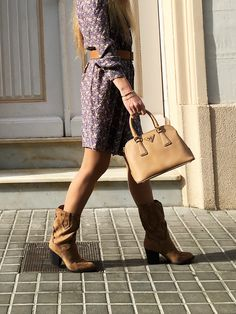 Western-inspired boots are invading the street style. Discover how to wear cowboy boots and yet make your outfits look feminine and totally chic. #trends2020 #styleinspiration #styleblog #tendencias2020 #cowboyboots #botascowboy