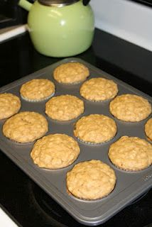 Peanut Butter Banana Oatmeal Muffins - 4 WW Points (can I make these with soy milk? Pb2 Recipes, Muffin Tin Recipes, Sweet Recipes, Cooking Recipes, Ww Desserts, Weight Watchers Desserts, Healthy Desserts, Healthy Recipes, Yummy Treats