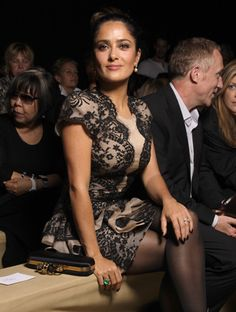 Salma Hayek, front row at Alexander McQueen. This woman can pose for a picture. Choice Awards, Salma Hayek Style, Selma Hayek, Cool Style, My Style, Mind Games, Fashion Outlet, Discount Designer, Food Styling