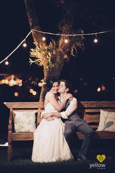 """Este post fala de uma """"tendência descomplicada"""" relacionada a iluminação de casamento: são as famosas """"luzinhas"""", como cortinas de lâmpadas em diferentes tamanhos. Ou até mesmo as luzinhas de natal. Confira!"""