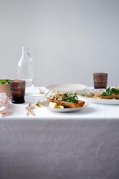 Cuando la quinoa esté fría, añadimos al cuenco el queso feta desmenuzado, las nueces, las pasas, el perejil, el cebollino.  Aderezamos con el zumo del limón y el  aceite y finalmente salpimentamos, mezclamos y reservamos.  Sacamos la calabaza del horno y rellenamos con la quinoa.  Servir de inmendiato.