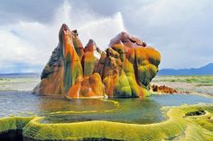 Fly Geyser is a small geothermal geyser that is located in Washoe County, Nevada. The geyser is made up of a series of different minerals, which gives it its magnificent coloration. Isla Vaadhoo, Fly Geyser Nevada, Black Rock Desert Nevada, Wyoming, Arizona, Belle Villa, Las Vegas, Photos Du, Amazing Nature