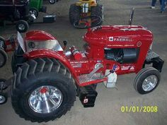 I'm a Deere girl but this is pretty sweet. Tractor Mower, Crawler Tractor, Lawn Tractors, Lawn Mower, Truck And Tractor Pull, Red Tractor, Antique Tractors, Vintage Tractors, International Tractors