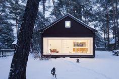 Das Waldhaus in Klein Köris ist in mitten des märkischen Kiefernwaldes gebaut – außen schwarz und innen weiß lackiert sticht es zwischen den typischen Sommerholzhäusern hervor.
