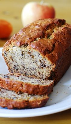 Delicious, easy, everyday banana bread recipe with walnuts (optional). No mixer needed. - Easy and tasty banana nut bread. Made with walnuts. Delicious Desserts, Dessert Recipes, Yummy Food, Moist Banana Bread, Banana Bread With Walnuts, Banana Walnut Cake, Banana Nut, Walnut Recipes, Dessert Bread