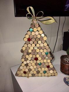 árbol de navidad hecho con tapones de colcho