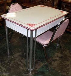 Vintage Pink Dinette Set with drawer ❤️ Retro Kitchen Tables, Retro Table, Vintage Table, Vintage Kitchen, Vintage Decor, Retro Kitchens, Kitchen Ideas, Country Kitchens, Vintage Room