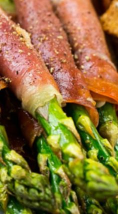 Prosciutto Wrapped Asparagus - Dinner at the Zoo Yummy Appetizers, Appetizer Recipes, Summer Recipes, Great Recipes, Prosciutto Wrapped Asparagus, Nye Party, Party Food And Drinks, Eat Smart, Game Day Food