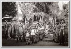 Balinese people at a temple visit, photographer unknown Source: Prentenkabinet Leiden, The Netherlands Temple Bali, Leiden, Balinese, Vintage Pictures, Old Photos, 1930s, Illusions, Netherlands, History