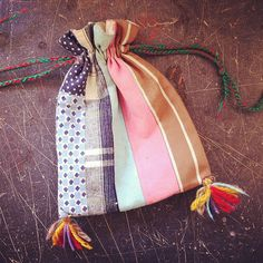 Lovin these pom poms Fabric Bags, Fabric Scraps, Drawing Bag, Denim Crafts, Diy Purse, Patchwork Bags, Little Bag, Fabric Design, Sewing Projects
