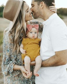 Newborn Family Pictures, Family Photos With Baby, Summer Family Photos, Outdoor Family Photos, Family Picture Poses, Family Photo Outfits, Family Pics, Outdoor Baby Pictures, Outdoor Newborn Photos