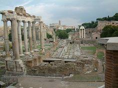 Van oorsprong was het Forum Romanum een open vlakte tussen de heuvels Capitool, Palatijn, Velia en Esquilijn. Er ontsprong een natuurlijke bron en er liep een beek doorheen, de Velabrum, die uitmondde in een moerasachtig gebied bij de Tiber. De beek stroomde uit de dalen van de verderop gelegen heuvels Quirinaal, Viminaal, Oppius en Cispius, en kruiste het forum van het noorden naar het zuiden. De Velabrum werd op bij het forum verder gevoed door diverse bronnen en stroompjes, waarvan de…
