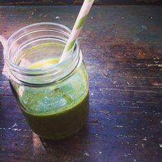 Verre de smoothie vert épinards, kale