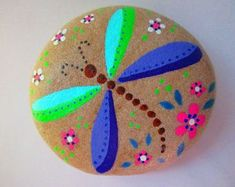 DRAGONFLY Painted Rock DRAGONFLY Painted Rock Acrylic paints on a river rock, natural stone background, clear matt finish Size: 3 x x 1 inch Special designs possible (message to me) Thank you for your visit Dragonfly Painting, Dot Art Painting, Pebble Painting, Pebble Art, Stone Painting, Pebble Mosaic, Pour Painting, Rock Painting Patterns, Rock Painting Ideas Easy