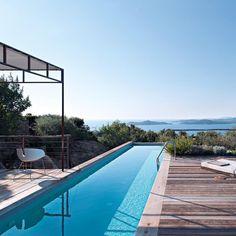 piscine avec vue sur la mer dans une propriété nichée dans le maquis corse