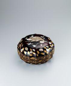 写真:乾漆螺鈿蒔絵稜花箱「カメレオン」 Himitsu Bako, Japan Crafts, Different Kinds Of Art, Japanese Tea Ceremony, Japanese Ceramics, Painted Boxes, Japan Art, Japanese Culture, Box Art