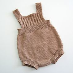 Ravelry: Baggy Baby By By Amstrup - Diy Crafts Knitted Baby Clothes, Knitted Romper, Baby Hats Knitting, Knitting For Kids, Baby Knitting Patterns, Baby Patterns, Crochet Clothes, Tricot Baby, Baby Romper Pattern