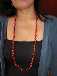 Collar largo de Huayruro macho en rojo y negro. (50 cm)