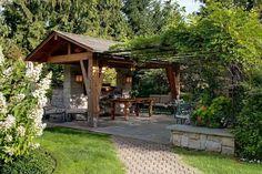 terrasse couverte avec un auvent en bois