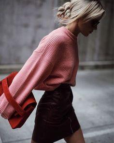 cool Street Style : Une mini-jupe avec un pull rose...