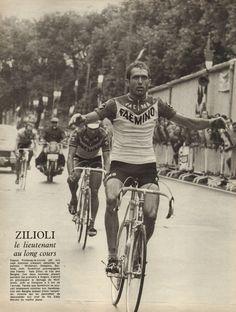 Tour de France 1970. 2^Tappa, 28 giugno. La Rochelle > Angers. Italo Zilioli (1941) conquista tappa e maglia gialla. Alle sue spalle Georges Vandenberghe (1941-1983) e Walter Godefroot (1943) [Miroir Sprint]