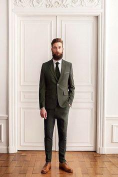 2015-02-01のファッションスナップ。着用アイテム・キーワードはスーツ(シングル), ドレスシューズ, ネクタイ, ポケットチーフ, 白シャツ,etc. 理想の着こなし・コーディネートがきっとここに。| No:87354