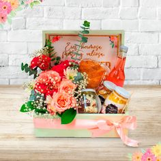 Creative Gift Baskets, Creative Gifts, Breakfast Basket, Picnic Box, Packing Boxes, Mom Birthday, Happy Day, Diy And Crafts, Bouquet