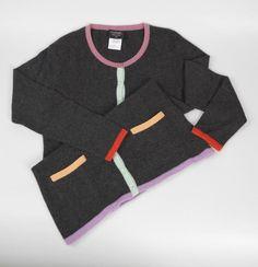 Chanel Auktion Lot 135: Chanel Weste aus der Cruise Collection 1998, grauer Strickstoff mit rosafarbenen, zartgrünen und gelben Verbrämungen, französische Größe 42 (entspricht der deutschen Größe 38-40) Mehr Information auf der Website