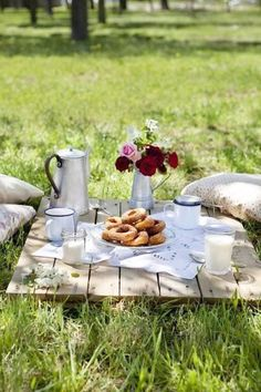 Picnic setting ||  Easy picnic food ideas, click for more.