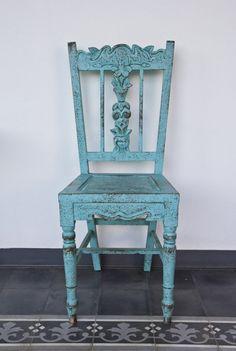 Mit einfachen Mitteln kann man einem einfachen Holzstuhl ein besonderes Aussehen verpassen.