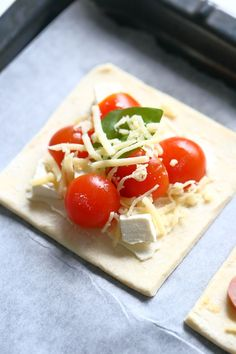 Fetajuusto tomaatti basilika täytteinen nopea arkiruoka Food C, Food To Go, I Love Food, Good Food, Food And Drink, Yummy Food, Savory Snacks, Snack Recipes, Cooking Recipes