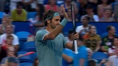 Tras seis meses de inactividad, Roger Federer volvió con un contundente triunfo frente a Daniel Evans  Roger Federer celebra su victoria. Foto: Captura de TV