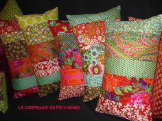 Coussin Patchwork « Une pivoine devant ma roulotte » 52 x 31 cm, rempli & déhoussable : Textiles et tapis par lacompagniedupatchwork
