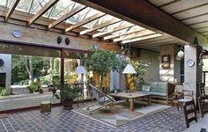 """Villa Hoff: Husets spiseafdeling """"torvet"""" med det store ovenlys.  Fra spiseafdelingen er der udgang til den hyggelige terrasse."""