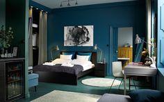 ベッドルームに2人用のブラックブラウンのベッドにベッドサイドテーブルとしても使っているチェスト。
