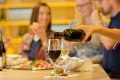 Lassen Sie sich in die Welt des guten Geschmacks mit unserem Sommelier entführen.  In Langenlois gilt: Ein guter Boden macht jedes Erlebnis zum Genuss. Weinliebhaber, Weinfachmann oder einfach Genießer, für alle gibt es etwas zu erleben und Neues zu entdecken. Durch unseren Sommelier kommentierte Weinverkostung von 6 Weinen, 1 Winzersekt, Kamptaler Schmankerlteller, Kellerrundgang durch die LOISIUM WeinErlebnisWelt.