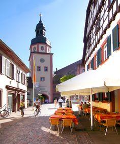 Stadttor in Ettlingen • am Rathaus • Ettlingen liegt nur wenige Kilometer von Karlsruhe entfernt • Eine sehr hübsche Stadt. Wer die Möglichkeit hat sollte hier eher wohnen als in Karlsruhe. Ein großer Marktplatz, eine Markthalle, viele Cafes und Restaurants. Und eine Fußgängerzone mit kleinen Geschäften. Was braucht man mehr?