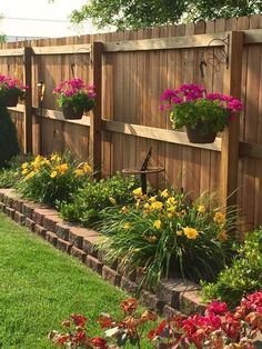17 Wonderful Backyard Landscaping Ideas 2019 Fake turf with small garden beds and hanging planters for backyard. The post 17 Wonderful Backyard Landscaping Ideas 2019 appeared first on Patio Diy. Garden Yard Ideas, Lawn And Garden, Garden Ideas For Small Spaces, Garden Decorations, Back Yard Ideas For Small Yards, Front Yard Ideas, Simple Garden Ideas, Privacy Fence Decorations, Small Front Yards