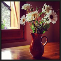 Gerro rústic amb flors de primavera