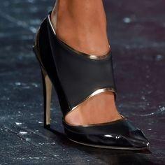A combinação elelgante preto e dourado! #prabalgurung#shoes#style#glam#black#loveit#loveshoes#inspiration#instashoes
