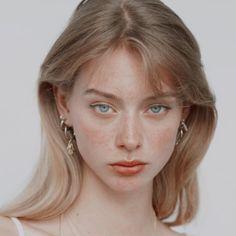 Aesthetic People, Aesthetic Girl, Hair Inspo, Hair Inspiration, Photographie Portrait Inspiration, Face Photography, Photography Women, Model Face, Grunge Hair