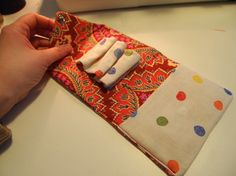 """Tutorial de carterita """"a que huelen las nubes"""". Bag Patterns To Sew, Sewing Patterns, Sewing Kits, Tote Purse, Purse Wallet, Diy Pochette, Wallet Sewing Pattern, Sew Wallet, Craft Accessories"""