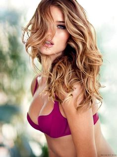 Ok people, here is another quintessential example of hair color contrast done very very well. Her highlights are a perfect golden-beige blonde, with some whiter pieces throughout set on top of a...