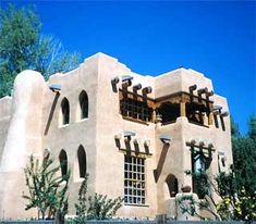 Adobe houses are discussed including the pros and cons of building with dried mud plus the environmental implications of doing so. Free House Plans, Ranch House Plans, Earthship Plans, Adobe Haus, Earth Bag Homes, Mud House, Santa Fe Style, Spanish Style Homes, Natural Building