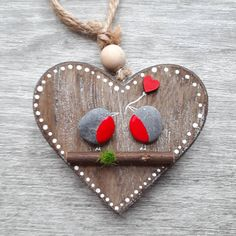 Valentines Day gift - Give your love a really special and personal gift that she/he surely wont get from anyone else. Robins representing tue love. Can also be a perfect present for a birthday or for Mothers Day. ✿ Handmade pebble pictures from South Devon, UK ✿ Size: 10 x 10 cm
