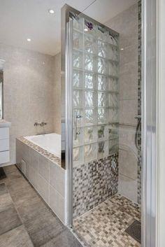 Idée décoration Salle de bain  petite salle de bains moderne avec baignoire douche paroi en verre dépoli et f