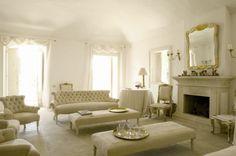 Salotto «A decorare il salotto in tinta cipria le quattro finestre con una vista esuberante sull'esterno», confida la stilista che l'ha arredato con i mobili bianco e oro del palazzo Bonaccorsi di Catania.