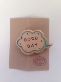 陶器で作ったブローチです。ふきだしには「GOOD DAY」今日一日、素敵なこと楽しいことがいっぱいにあふれますように!ウキウキ気分がさらに盛り上がるように、周... ハンドメイド、手作り、手仕事品の通販・販売・購入ならCreema。