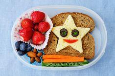 My rodičia to dôverne poznáme. Naše deti odmietajú jesť. Ak majú zjesť miniatúrny kúsok zeleniny, musíte im sľubovať hory-doly, aby ste ju do nich dostali. Poniektorí sa musia aj vyhrážať, no o tom potom 😃 Healthy Fruits, Healthy Foods To Eat, Healthy Eating, Dinner Healthy, Healthy Mind, Stay Healthy, Healthy School Lunches, Healthy Snacks For Kids, School Snacks